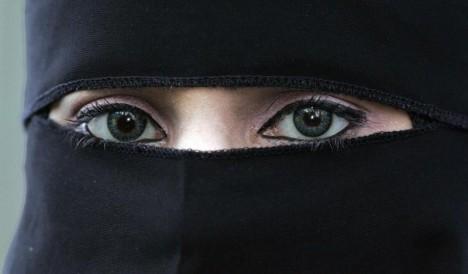 ANTIDEMOKRATISK: Foreningen !Les spreier antidemokratiske haldningar når dei sender niqab-kledde Aisha Shezadi ut på skuleturné, meiner Hilde Sandvik. ILLUSTRASJONSFOTO: REUTERS/Phil Noble (BRITAIN)