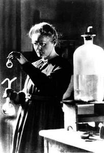NYSGJERRIG: Marie Curie (bildet) var drevet av nysgjerrighet, uten tanke for anvendelser, ære eller berømmelse. I år er det 100 år siden hun fikk Nobelprisen for sin oppdagelse av grunnstoffet radium og dets radioaktive egenskaper.  ARKIVFOTO: SCANPIX
